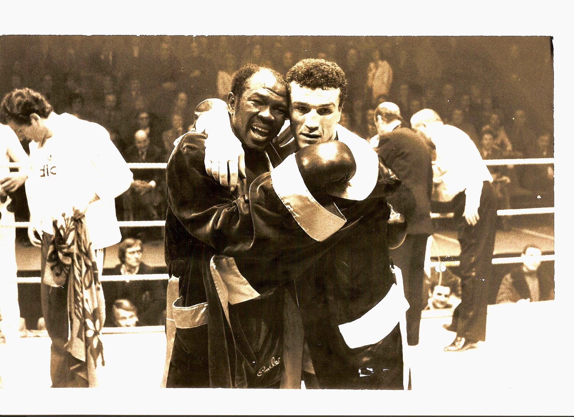 Loucif Hamani et Emile Griffith à la fin de leur combat épique, le 9 février 1976 à Paris. Ce jour là, le boxeur de Choisy-le-Roi a infligé une magnifique leçon de boxe au grand combattant américain plusieurs fois sacré champion du monde.