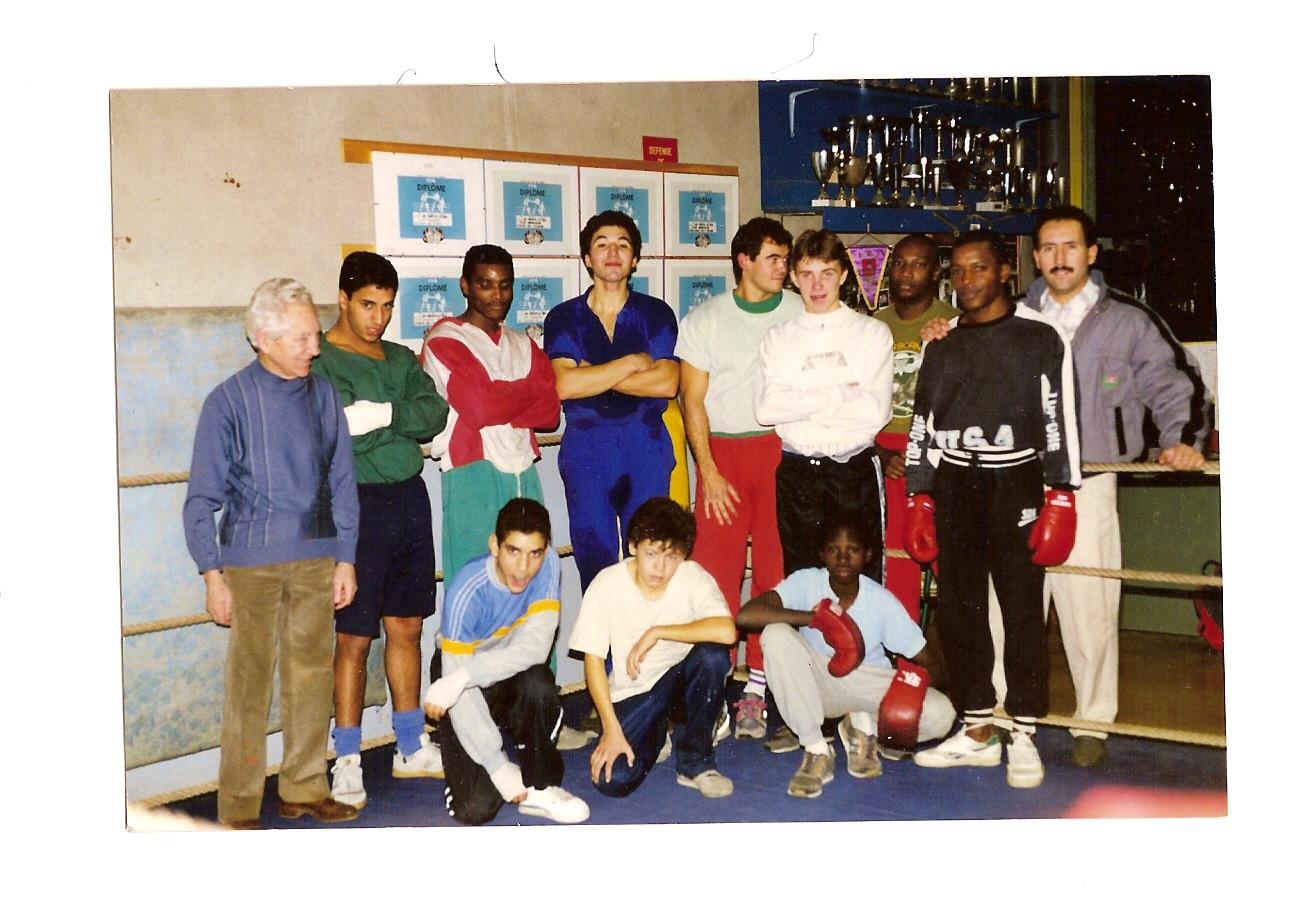 Julien Teissonnières et Daniel Masson (premier à droite) encadrent quelques boxeurs du club.