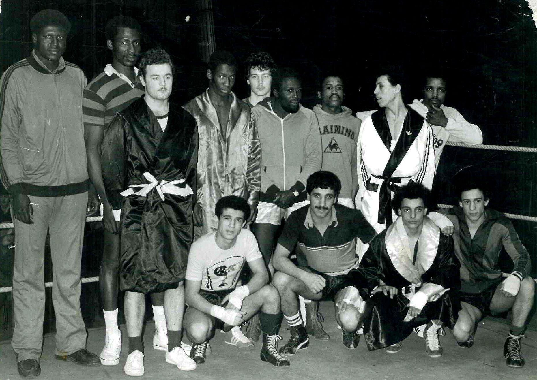 De gauche à droite, assis au premier rang : Madjid Izouaouéne, Abdel Ali Debah, Lakhal Djellal et Benziane. Gymnase de la Porte Pouchet, Paris, début des années 80.