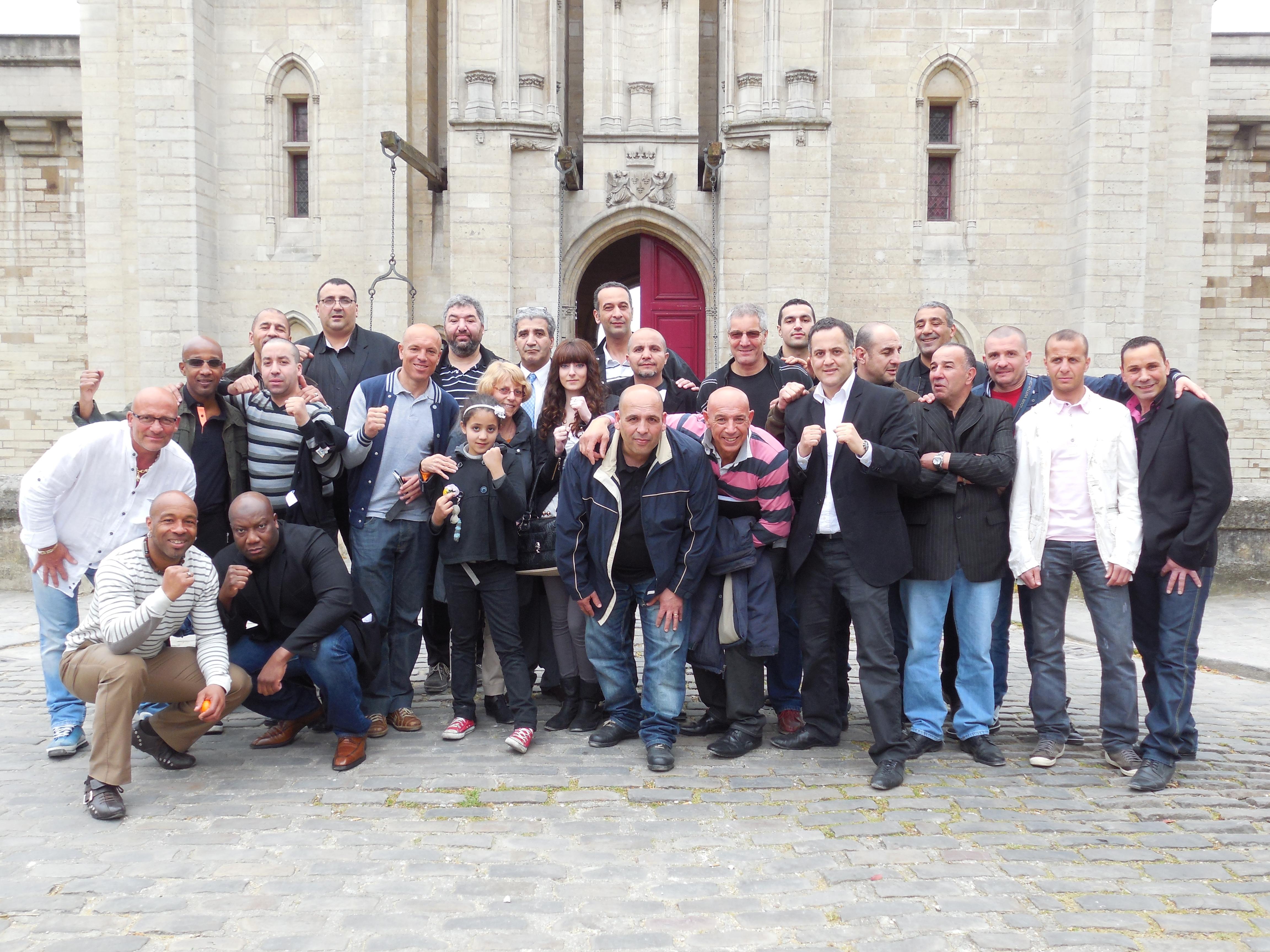 Photo de groupe, devant le Château de Vincennes, après le repas.