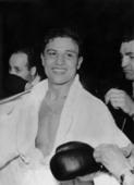 Chérif Hamia après sa victoire contre Robert Cohen en 1955.